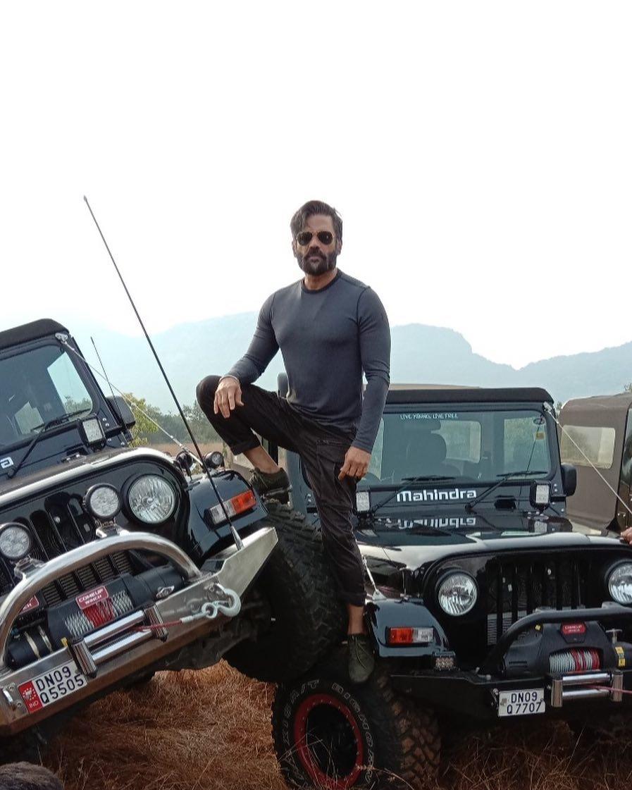 suniel.shetty with jeep photoshot