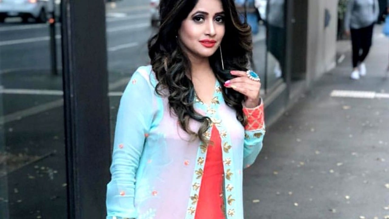 Miss Pooja Indian Singer
