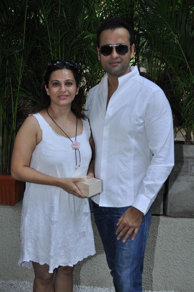 cw5r0p6q9iag08z7.D.0.Rohit Roy with wife Manasi Joshi 680x1024