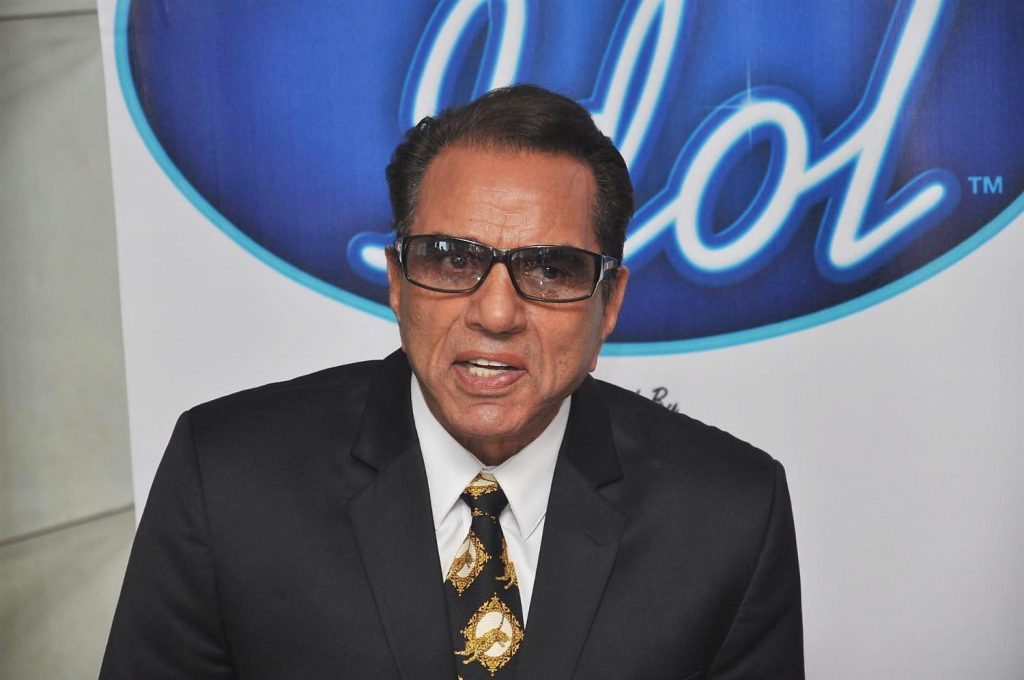 he268pw1ascyoh13.D.0.Dharmendra on the sets of INDIAN IDOL at Filmistan Studios in Mumbai 1024x680