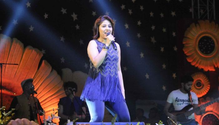 sunidhi chauhan singing in show