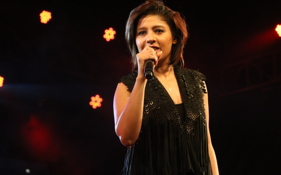 sunidhi chauhan singing song